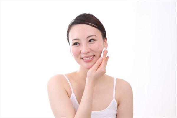 電解還元性イオン水の化粧水は美肌ケアにおすすめです。2~3回に分けて肌に馴染ませるようにしましょう。