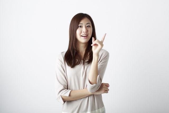 化粧水の選び方を説明する女性
